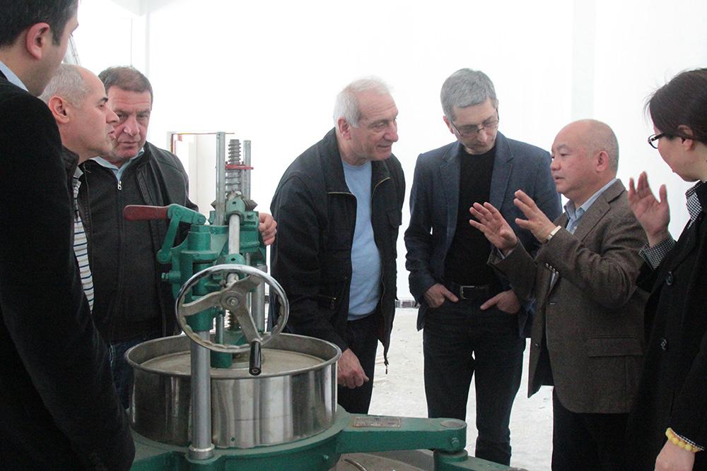 万博app下集团董事长王天权向格鲁吉亚代表团介绍揉茶设备