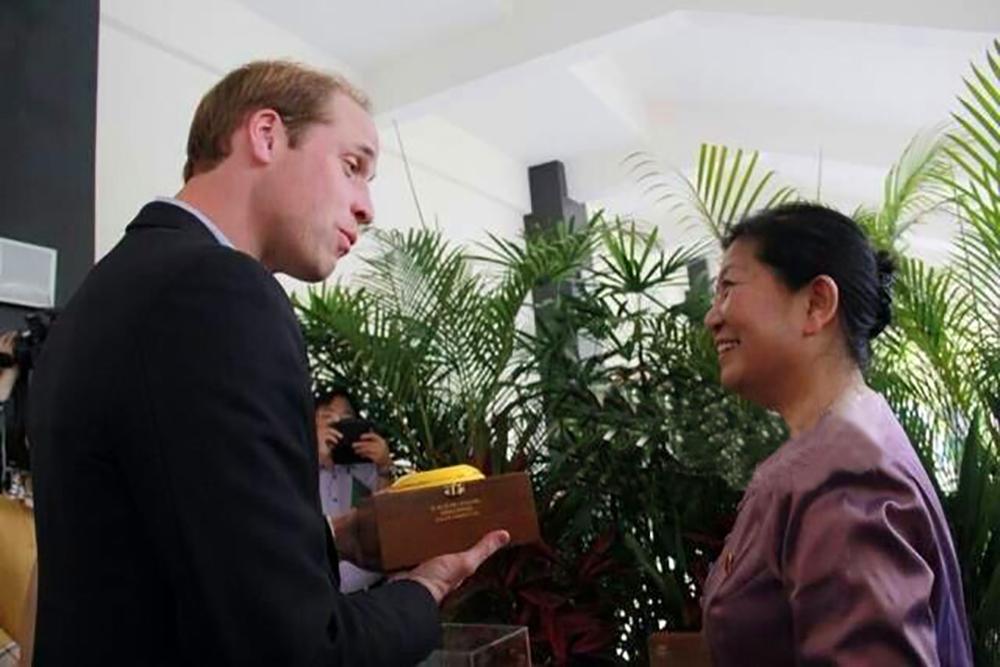 云南省人大常委会副主任刀林荫向威廉王子赠送万博app下的茶叶